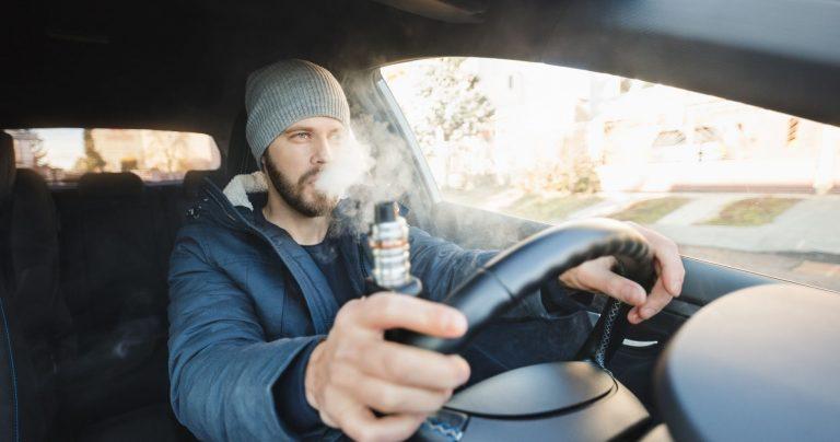 Es riesgoso vapear al conducir